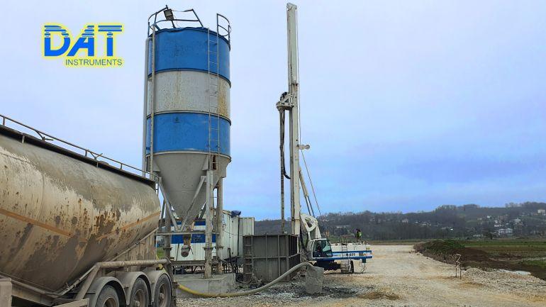 DAT instruments datalogger installato in un cantiere di CFA (pali ad elica continua), ACP auger cast pile, continuous flight auger