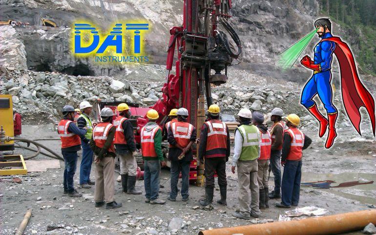 DAT instruments datalogger, operatori trivella al lavoro con il superoeroe DATman in soccorso, personaggio DATman, raggi X